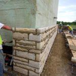 Как правильно уложить искусственный камень на фасад