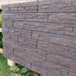Как отделать фундамент деревянного дома с использованием цокольного сайдинга?