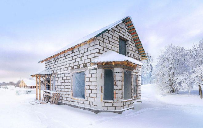 dom_iz_gazobetona_zimoj