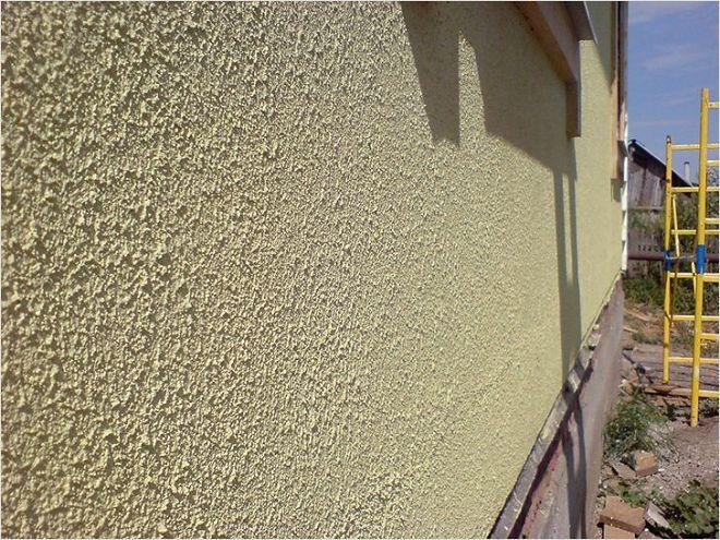 Oshtukaturennyy-i-okrashenuj-fasad-doma