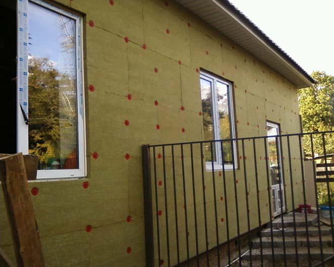 Технология утепления фасада дома базальтовой ватой, основные плюсы и минусы базальтовых плит. Как правильно выбрать материал для теплоизоляции стен дома снаружи?